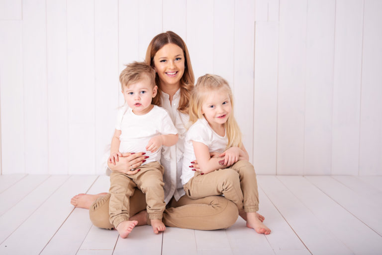 Nathalie, Joline & Jason – Familjefotografering i studion